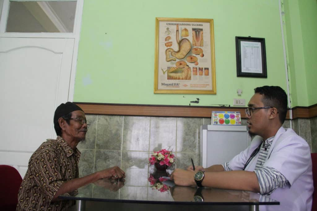 Bapak Rafiudin (Penerima manfaat wakaf) tengah memerikasakan penyakitnya ke RS Griya Medika Dompet Dhuafa
