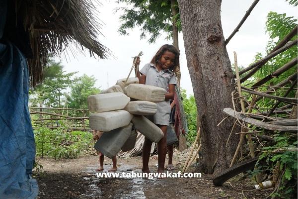 Anak kecil ingin mengambil air bersih